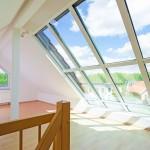 helles Dachgeschosszimmer mit groem Fenster
